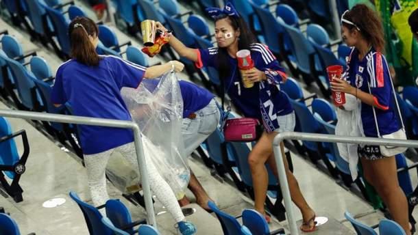 Девушки убирают мусор