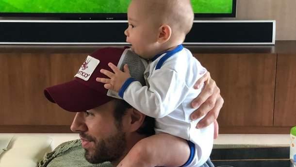 Енріке Іглесіас з дитиною