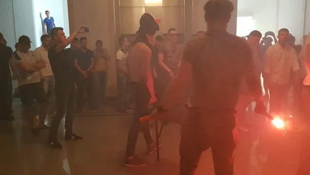 Столкновения на сессии горсовета в Харькове: 2 работницы госпитализированы после распыления газа