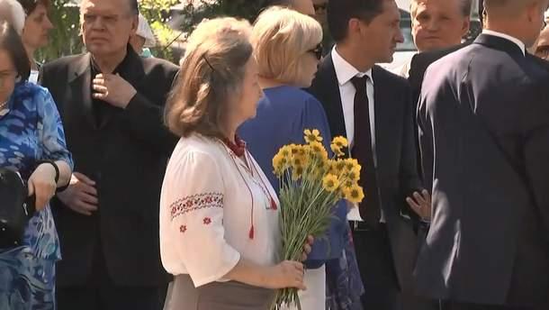 Тысячи людей пришли проститься с Иваном Драчомя