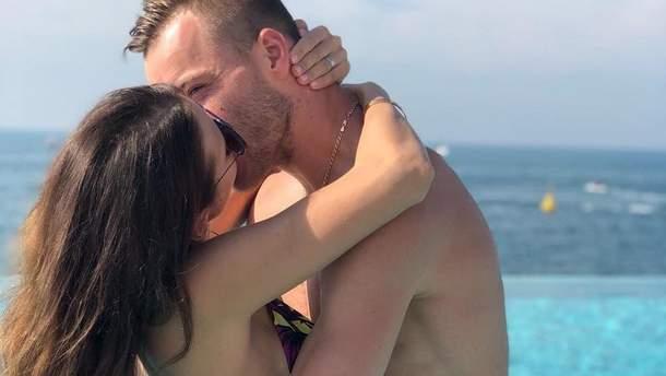 Андрей Ярмоленко с женой на отдыхе
