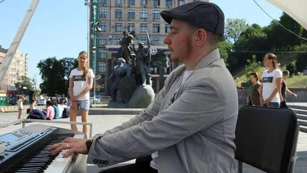 Майк Кауфман-Портніков грає на роялі гімн України в авторських обробках