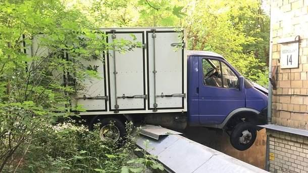 У Києві автомобіль на швидкості в'їхав у житловий будинок