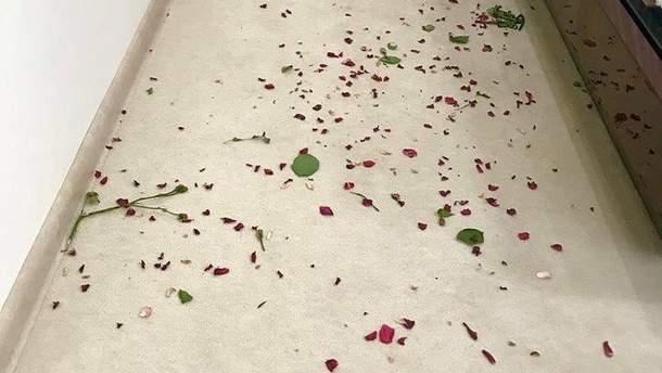 На Київщині чоловік спочатку осипав ліжко жінки трояндами, а потім вкрав у неї гроі