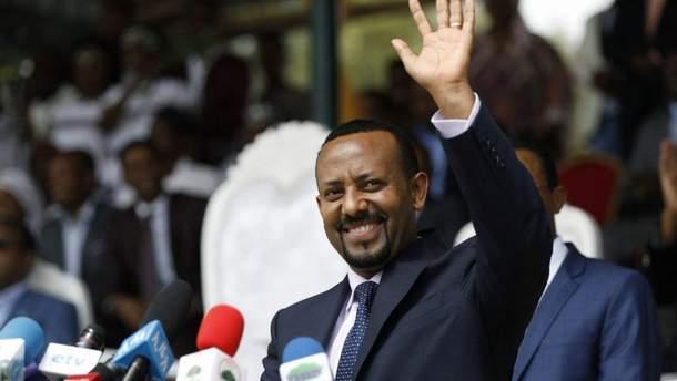 В Эфиопии на встрече нового премьер-министра страны Абия Ахмеда с его сторонниками неизвестный бросил ручную гранату в трибуну, за которой стоял глава правительства