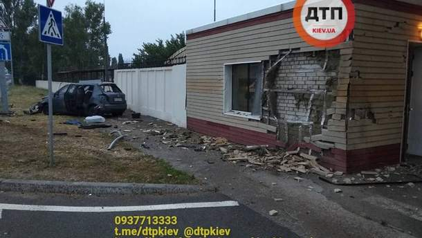 Под Киевом автомобиль на скорости влетел в здание