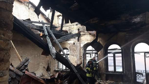 У центрі Києва горіла відселена будівля
