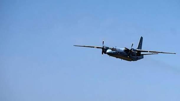 Самолет начал дымиться в воздухе (фото условное)