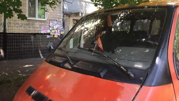 В Кривом Роге мужчина на машину повесил запрещенную символику СССР