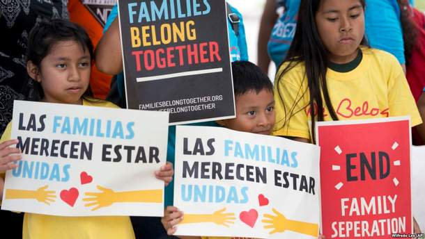 Дети с плакатами во время демонстрации перед офисом иммиграции и таможенного контроля в Мирамаре