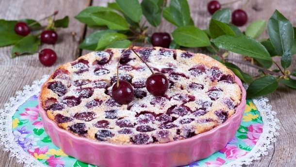 Французский десерт клафути с вишней