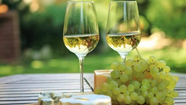 Белое вино делает женщин более счастливыми