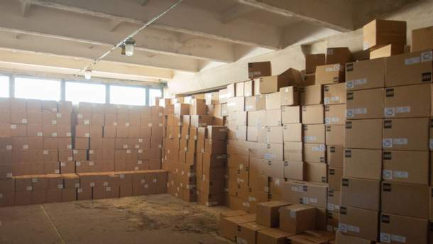 На склад у Київ доставили перші набори LEGO для першокласників