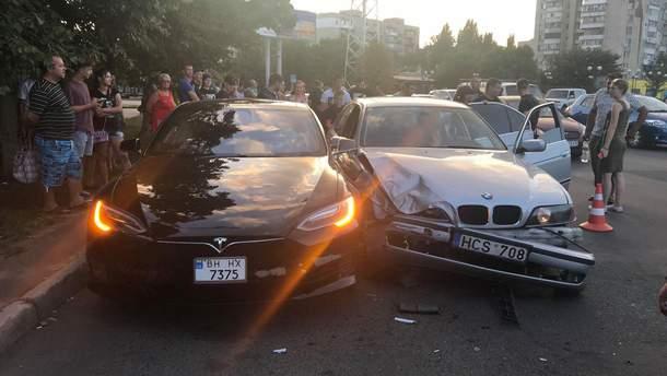 В Одессе подросток на BMW врезался в припаркованную Tesla