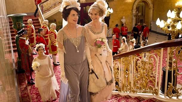 """Елізабет Макговерн і Лілі Джеймс в серіалі """"Абатство Даунтон"""" (2010 рік)"""