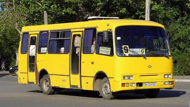 В Черноморске дебошир в маршрутке избил женщину