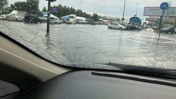 У столиці – потужна гроза: автомобілі плавають по вулицях