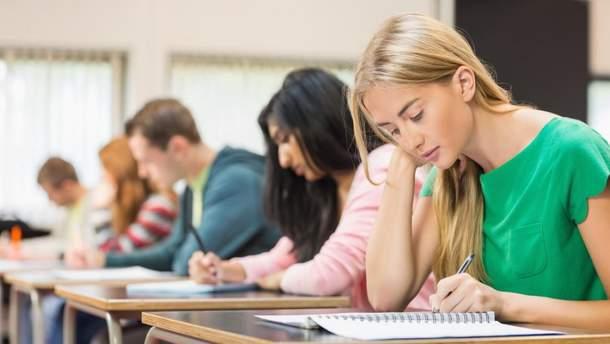 """Дівчина відібрала окремого """"двійника"""" на кожен іспит"""