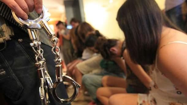 Задержали сутенеров, которые продавали девушек в секс-рабство
