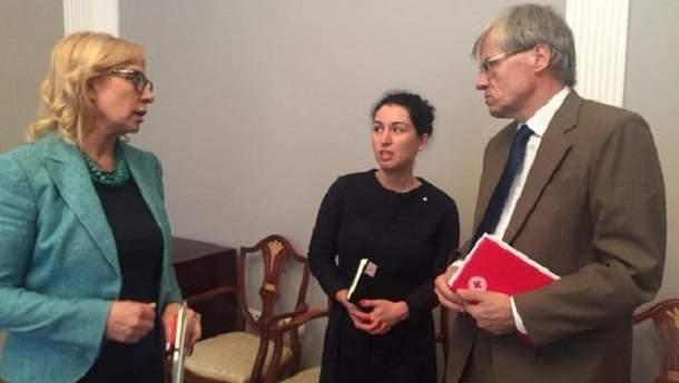 По словам Денисовой, Красный Крест не имеет полномочий относительно посещений политзаключенных, так как они специализируются на международных конфликтах, а РФ не признает конфликт с Украиной