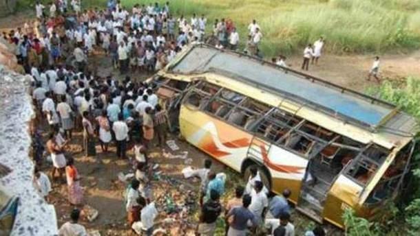 В Индии автобус упал в ущелье