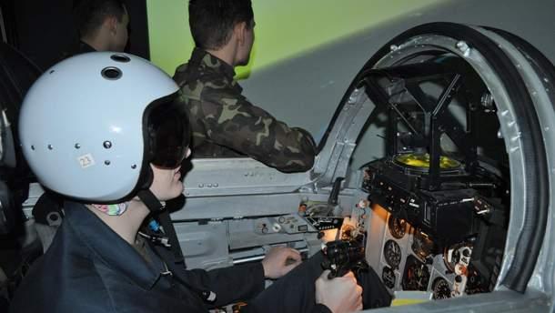 Техніка війни. Як українські військові пілоти тренуються на віртуальних бойових гелікоптерах