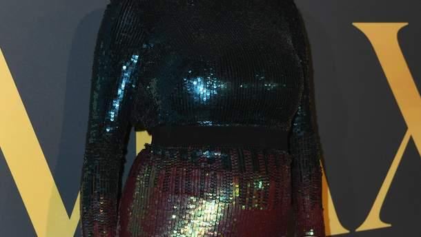 Кейт Аптон підкреслила округлий живіт блискучою сукнею: фото