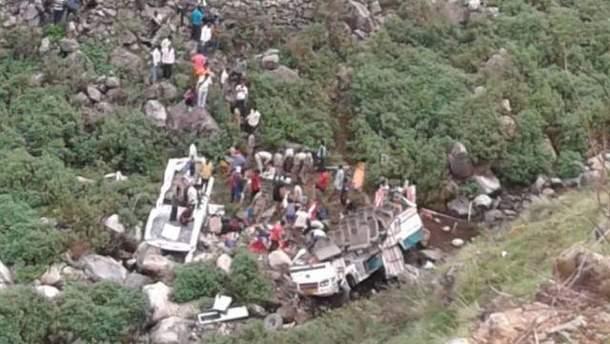 1 липня на півночі Індії у гірській місцевості автобус із 45 пасажирами зірвався в ущелину з 213-метрової висоти