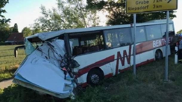 Двох осіб у критичному стані з місця інциденту забрали гвинтокрили рятувальників.
