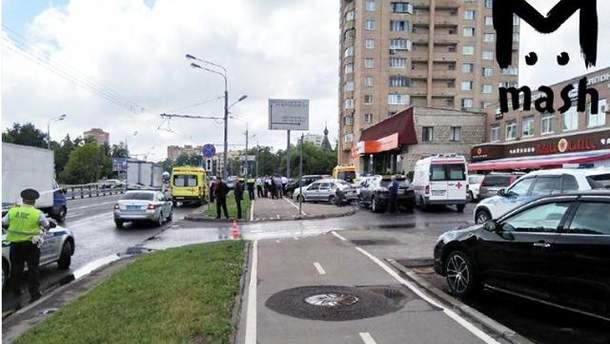 Фото с места, где в Москве мужчина захватил заложницу