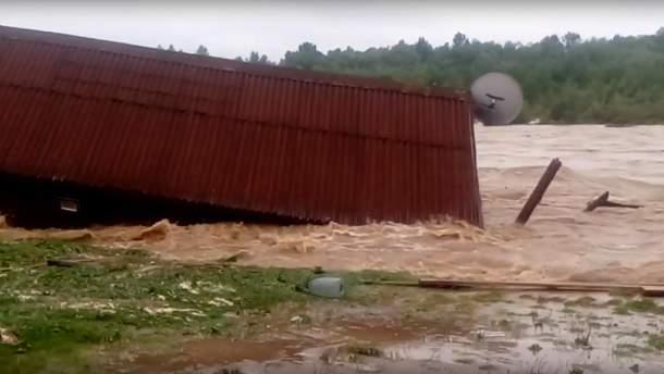 В Івано-Франківській області з берегів вийшла річка Лімниця. Вона затопила місцевий ресторан