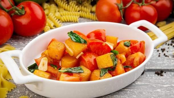Запеченная тыква с томатами и чесноком