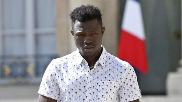 Парижский спайдер-мен, который спас ребенка, стал пожарником