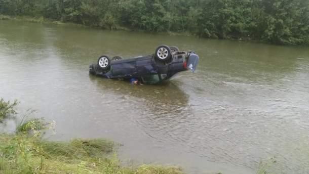 На Франковщине автомобиль перевернулся в реку