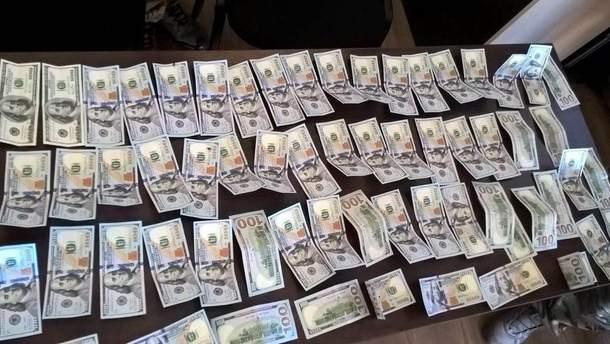 Двоє українців намагались провезти з окупованих територій незадекларовану готівку