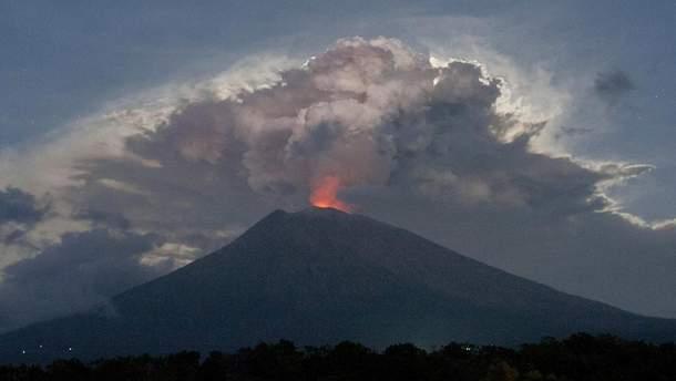 В результаті виверження вулкану, на острові розпочалися масштабні лісові пожежі