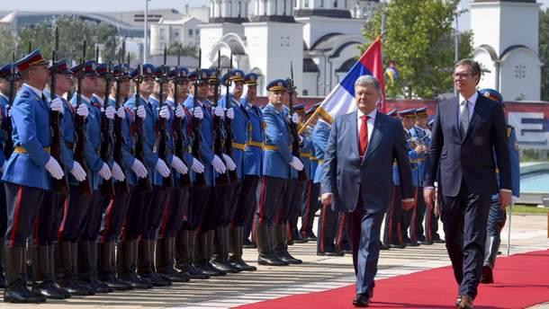 Президент Украины Петр Порошенко подарил своему сербскому коллеге Александару Вучичу книгу об Украине