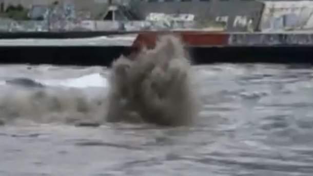 В море Одессы забил огромный гейзер из грязи