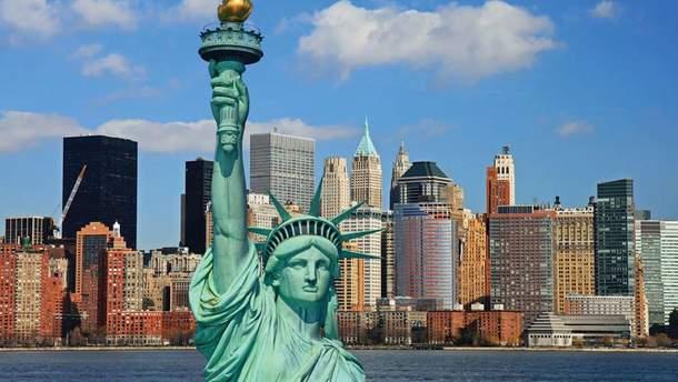 В США активистка залезла на Статую Свободы