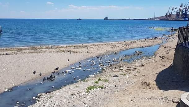 На снимках видно почти пустые пляжи, набережные и парки Феодосии