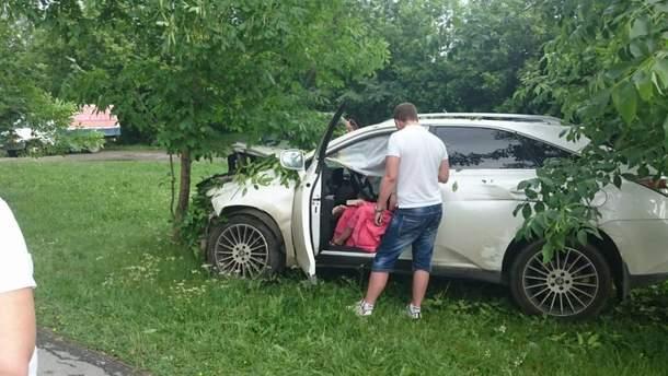 В Екатеринбурге нетрезвый водитель автомобиля Lexus устроила ДТП, а также повалила три дерева