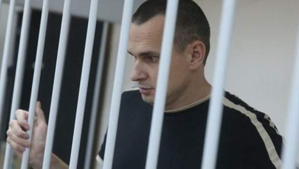 Двоюрідна сестра українського режисера Олега Сенцова, Наталя Каплан, розповіла, що її брат у в'язниці має доступ лише до російських новин
