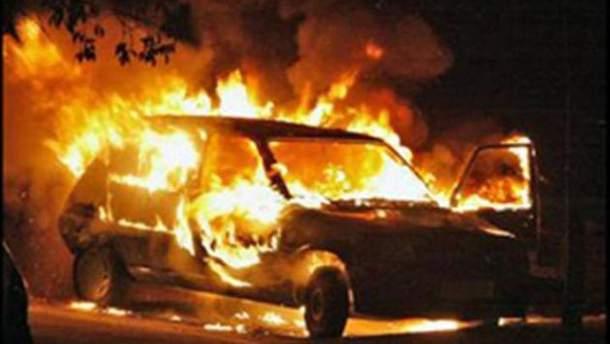 В Киеве на проспекте Степана Бандеры сгорел дотла автомобиль
