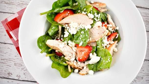 Как приготовить клубничный салат с мясом курицы: рецепт