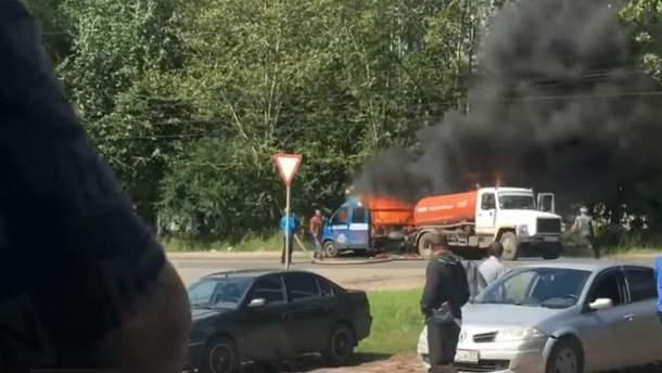 В России ассенизаторская машина тушила горящий грузовик