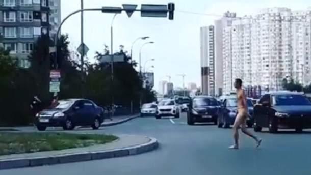 Києвом спокійно прогулювався голий чоловік