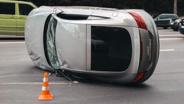 В Киеве автомобиль влетел в два автомобиля, перевернулся и остался лежать на боку.