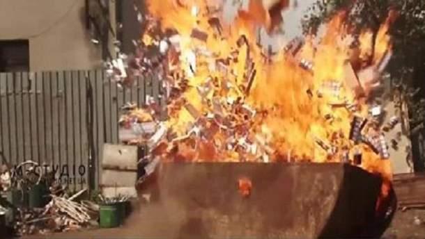 На околицях Ужгорода спалили 16,5 тисяч конфіскованих пачок цигарок