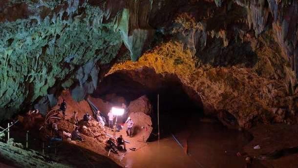 Із затопленої печери у Таїланді врятували всіх дітей і їх тренера