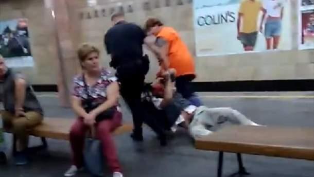 "В метрополитене Киева на станции ""Контрактова площа"" очевидцы сняли видео, на котором видно, как полицейский бьет дубинкой мужчину"